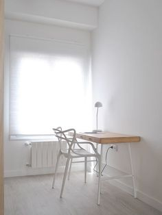 The budget to renovate this apartment in Valencia was tight but the result is great. The two terraces help to articulate the space and bring light to the different rooms. The small kitchen is now i… Recessed Shelves, Ikea Desk, Home Interior Design, Office Desk, Dining Table, Chair, Bedroom, Furniture, Home Decor