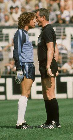 Nase an Nase Toni Schumacher und Dieter Pauly hatten 1981 im Dortmunder Westfalenstadion ein besonderes Date.
