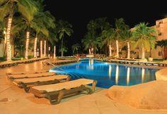 Quiet pool at night looks amazing / La alberca tranquila de noche, luce impresionante