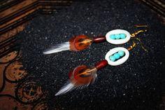 Modèle Unique KAZASH / Création Bijoux par Stee Matériaux utilisés : Nacre , Plume  Boucles d'Oreille plumes de coq et de faisan nacre, turquoise et perle tube en os GARANTIE SANS NICKEL   ***COLLECTION 2014***