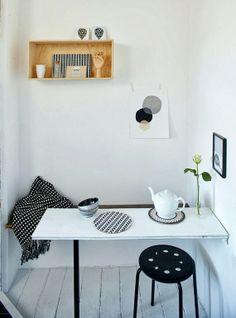 sala de jantar pequena - banco baú e mesa - poucas cores