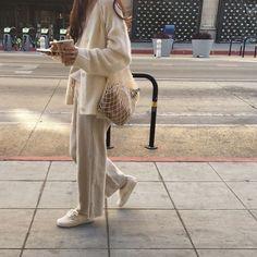 Minimalist Fashion - My Minimalist Living Look Fashion, Autumn Fashion, Fashion Outfits, Womens Fashion, Jeans Fashion, 70s Fashion, Trendy Fashion, Fashion Tips, Looks Style