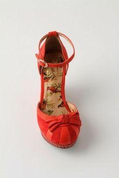 Carnival Red close-toe pumps by Fuyuka Kitagawa