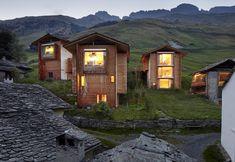 Si chiama Türmlihus la terza casa gemella disegnata dall'architetto svizzero. Un'abitazione total wood immersa nel paesaggio verde delle Alpi nel Canton Grigioni