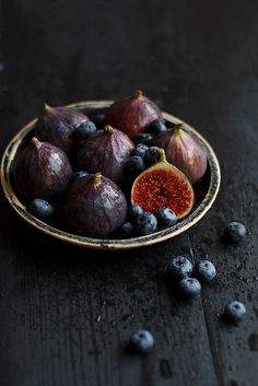 One of the best ways to enjoy fresh figs is to slice them in half, stuff each half with Gorgonzola or other mild blue cheese, wrap each in a strip of prosciutto, and broil until the cheese melts. Serve with a sweet dessert wine. Fruit And Veg, Fruits And Veggies, Vegetables, Food Porn, Dark Food Photography, Fig Recipes, Fresh Figs, In Vino Veritas, Prosciutto