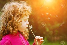 Fille Soufflant Pissenlit Dans Les Rayons Du Soleil. Le Gainage Pour Filtre Instagram. Banque D'Images Et Photos Libres De Droits. Image 40334436.