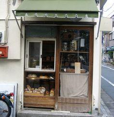 かいじゅう屋昔懐かしいようなレトロな雰囲気。お店の入口からショーケースに並ぶパンを注文するスタイル。