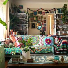 Hippie bohemian style blends the whimsical, intriguing pizazz of the traditional. - Hippie bohemian style blends the whimsical, intriguing pizazz of the traditional way of life with t - Boho Chic Interior, Bohemian Bedroom Design, Bohemian Decor, Bohemian Style Rooms, Bohemian Homes, Boho Room, Hipster Home Decor, Hippie Style, Hippie Bohemian