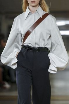 Christophe Lemaire and Sarah-Linh Tran have made a name for themselves designing casual yet utilitarian inspired ready-to-wear and this season was no different. This time around, the nonchalance wa. Fashion Week Paris, Fashion 2017, Look Fashion, Runway Fashion, High Fashion, Winter Fashion, Fashion Outfits, Womens Fashion, Fashion Design