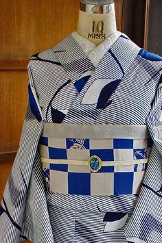 白色の地に、繊細な紺の横ストライプと、北欧モダンファブリックを思わせるような枝葉模様が染め出された注染レトロ浴衣です。
