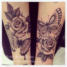 tatouage rose avec papillon