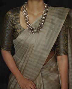 Silk Saree Blouse Designs, Saree Blouse Patterns, Saree Wearing Styles, Indian Fashion Dresses, Ethnic Fashion, Indian Beauty Saree, Indian Sarees, Saree Models, Stylish Sarees