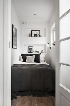 55 Small Master Bedroom Ideas November Leave a Comment There is no reason at all that a small bedroom even a really tiny bedroom can't be every bit as gorgeous, relaxing, and just plain full of personality as a much larger space. Small Apartment Bedrooms, Small Apartments, Small Spaces, Tiny Bedrooms, White Apartment, Small Bedroom Layouts, Narrow Bedroom Ideas, Decorating Small Bedrooms, Teenage Bedrooms