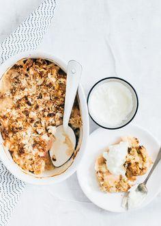 Yes, dit recept voor rabarber crumble komt als geroepen. Want we zitten middenin het rabarberseizoen. En daar moeten we goed gebruik van maken.