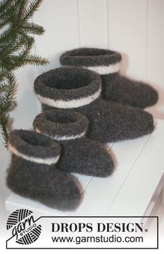"""House Elves - Knitted and felted DROPS Christmas slippers in """"Eskimo"""". - Free pattern by DROPS Design Crochet Mittens Free Pattern, Baby Knitting Patterns, Free Crochet, Crochet Patterns, Drops Design, Elf Slippers, Knitted Slippers, Christmas Knitting, Felt Christmas"""