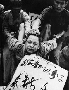 """""""Donde hay voluntad de condenar, las pruebas acaban apareciendo"""" - Mao Tse-Tung. Foto destacada por expresar crudamente el alto nivel de persecución y represión que se desarrollaba durante la Gran Revolución Cultural del Proletario, con el fin de eliminar todos los residuos de cultura burguesa o capitalista. Nazarena Salgado"""