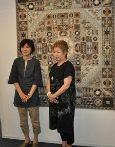 Yoko Saito et une de ses assistantes Yoko Saito, Rustic Quilts, Crazy Patchwork, Grey Quilt, Japanese Textiles, Quilt Designs, Quilted Bag, Japanese Style, Square Quilt
