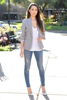 Conjunto americana gris, camiseta blanca, pantalones tejanos y tacones plateados