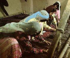 Iran - donne Bakhtiari impegnate a tessere un tappeto