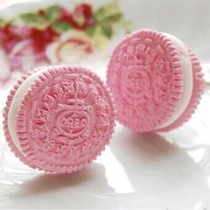Pink Oreos-Now I've seen it all! I have to find these Pink Oreos! Pretty In Pink, Pink Love, Pink And Green, Hot Pink, Keks Dessert, My Favorite Color, My Favorite Things, Rose Fuchsia, Pink Foods