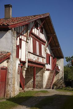 typical basque farmhouse in Urrugne, Beautiful Sites, Beautiful Places, Places Around The World, Around The Worlds, Voyage En Camping-car, Biarritz, Basque Country, French Country Style, Aquitaine