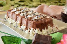 La torta ricoperta di glassa al cioccolato bianco è con base pan di spagna,strati di crema al cioccolato e una copertura di glassa al cioccolato bianco