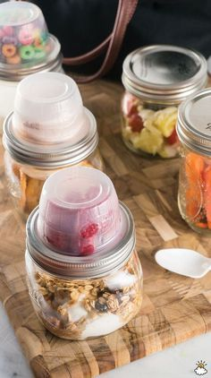 DIY Mason Jar Lunchables: The Quick And Easy Way To Pack A Delicious food. Using only an empty applesauce container and a mason jar of your choosing, your possibilities are truly endless. Mason Jar Lunch, Mason Jar Meals, Meals In A Jar, Mason Jar Diy, Mason Jar Breakfast, Mason Jar Drinks, Mason Jar Food, Mason Jar Recipes, Breakfast To Go