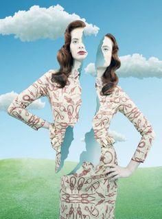 """Fernando Maselli spanyol divatfotóst is egy fashion editorial kapcsán ihlette meg a festő. A sorozatban szinte az összes ikonikus Magritte """"hozzávaló"""" szerepelt, egy pillanat alatt berántva minket a szürrealizmus légüres terébe."""