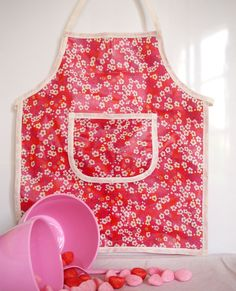 Kit tablier enfant en Liberty enduit Mitsi Rouge : Kits, tutoriels Couture par by-roodoodoo / Alittlemercerie Sewing For Kids, Apron, Diy, Knitting, Liberty, Oilcloth, Handmade Gifts, Sewing, Political Freedom