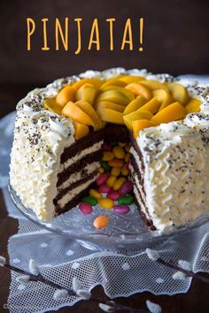 Pinjatakakun sisään kätkeytyy karkeista, pähkinöistä tai suklaasta muodostuva ydin. Se on piilotettu täytteiden ja kakkupohjan keskelle ja paljastuu vasta ensimmäistä palaa leikattaessa. Pääsiäiskakussa pinjata voi pitää sisällään esimerkiksi värikkäitä hedelmäkarkkeja tai pieniä suklaamunia. Yllätyksellisestä sisuksesta huolimatta halusin tällä kertaa leipoa mahdollisimman perinteisen oloisen kermakakun. Persikkaviipaleet ovat omasta lapsuudestani tuttu kakunpäällinen. Nykyään…