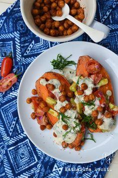 Gebackene Suesskartoffeln und Kichererbsen mit Avocado-Salsa und Tahini-Sauce