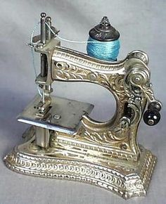 Art Nouveau Ladies' Sewing Machine No. Muller, nickel plated cast iron, this machine was probably marketed as a boudoir or travel machine, and incorporated the standard four-motion feed. Sewing Toys, Sewing Crafts, Sewing Projects, Vintage Sewing Notions, Vintage Sewing Patterns, Retro, Sewing Machine Accessories, Images Vintage, Antique Sewing Machines