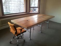Eettafel van gebruikt steigerhout. Op een metalen (steigerbuizen) onderstel. Afwerking: geschuurd en vervolgens gelakt.  Meer info: DeJongVintageDesign@Gmail.com of www.facebook.com/DeJongVintageDesign