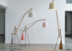 Les designers allemands basés à kassel, Miriam Aust et Sebastian Amelung, ont créé ce lampadaire à bascule pourvu d'un mécanisme simple permettant de garder en équilibre la tige centrale en bois. On retrouve ainsi, l'abat-jour d'un côté et un sac de sable de l'autre.  Le sac de sable peut être déplacé manuellement en quatre positions selon les situations d'éclairage. Je trouve l'idée et le rendu superbes, finesse et élégance sont au rendez-vous. Abat-jour et sac sont dispos dans divers…