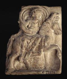 Epona Kleidouchos. fin 1er-3ème siècle ap.J.C. PÉRIODE époque gallo-romaine (période). LIEU DE DÉCOUVERTE Gannat (origine). LOCALISATION Saint-Germain-en-Laye, musée d'Archéologie nationale et Domaine national de Saint-Germain-en-Laye. bas-relief, cheval (animal), diadème, drapé, Epona, voile (tissu)