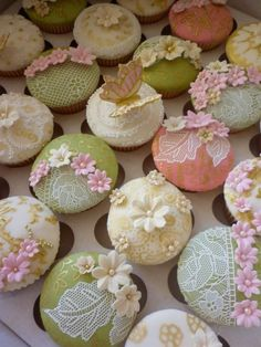 The lace on these cupcakes is an edible paste, rolled onto a mold.  It is flexible and curves round edges.  I want this product.
