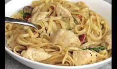 Amateurs de pâtes, vous raffolerez de cette recette crémeuse concoctée avec des blancs de poulet. Dans un poêlon, mettez 1 c. à soupe de beurre, et faites cuire à feu vif 455g de blancs de poulet coupés en morceaux. Ajoutez 1 c. à thé/café d'huile d'olive, 2 gousses d'ail émincées, ¼ tasse (60ml) de tomates …