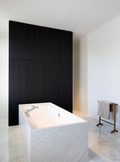 Badezimmer Badewanne Marmor Einbauschrank Stauraum Bad Schwarz Weiß Fliesen  Schwarz Weiße Wände Modern Skandinavisch Schlicht Reduziert. Minimalist ...