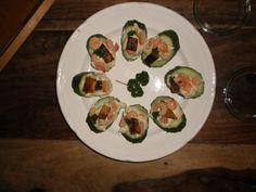 komkommerschijfjes met kerrie-kaas, garnalen en een stukje pompoen