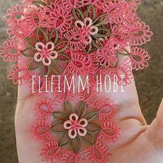 Görüntünün olası içeriği: çiçek Tatting Patterns Free, Baby Knitting Patterns, Crochet Unique, Tea Coaster, Tatting Lace, Needle Lace, Free Pattern, Diy And Crafts, Crochet Necklace