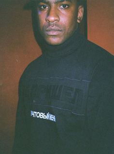 UK artist Skepta is known to shutdown the stage. Member of the Boy Better Know crew (BBK), and brother to Grime rapper, JME. Expect dope music, style and fashion. Dope Music, Uk Music, Boy Better Know, How To Look Better, Grime Artists, New Jack Swing, Music Magazines, Urban Photography, Portrait Photography