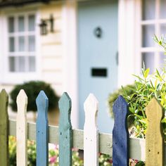 Gorgeous picket fences for your summer garden