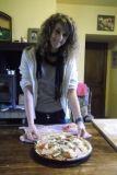 Alice fait  le  pizza! Activités a la ferme : Ils varient en fonction de la saison, mais voici quelques exemples : faire la confiture, nourrir les animaux, et la préparation des repas du soir.