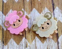 Layered felt cutouts (laser cut) in shape of cute sheep on lined, double prong clip. Clip lined with gold glitter fabric. Larger clip, about four fingers wide but very light and gently enough for 3 months + Be sure to Like us on Facebook.com/ItsyBitsyPartyDetails for Coupon Codes, Raffles and fun DIY tutorials. Follow us on Instagram.com/ItsyBitsyBoutique