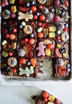 chocolate in roasting pan (candy cake) Junk Food, Lchf, Crazy Cakes, Roasting Pan, Snacks, Chocolate Cake, Party Time, Candy, Plates