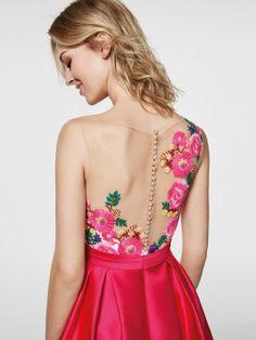 Está à procura de um vestido de festa? Este é um vestido curto rosa (modelo GLEDA) com um decote tipo barco à frente e decote com efeito tatuagem nas costas. Vestido da linha curta sem mangas (mikado e bordado fio)