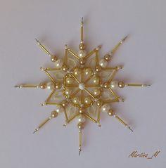 Vánoční+hvězda+18+smetanovo-zlatá+Vánoční+ozdoba+-+hvězda,+vytvořená+ze+skleněných+a+plastových+korálků+a+perliček+ve+zlaté,+vanilkově+žluté+a+smetanově+bílé+barvě.+Průměr+14.5+cm,+koncová+očka+na+zavěšení+na+háček.+Pouze+jediný+kus+-+originál.