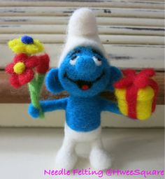 Vintage Flower and Gift Smurf 1978 Wet Felting, Needle Felting, Felt Baby, Angry Birds, Felt Animals, Vintage Flowers, Pet Portraits, Mice, Cartoon Characters