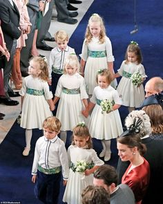Princess Eugenie was accompanied by the pages and bridesmaid: Louis de Givenchy and Theodora Williams; Maud Windsor, Isla Phillips and Mia Tindall, and Prince George, Savannah Phillips and Princess Charlotte Princess Eugenie And Beatrice, Royal Princess, Princess Wedding, Wedding Bride, Wedding Dresses, Princesa Eugenie, Princesa Diana, Sarah Ferguson, Party Fotos