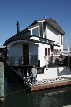 'Train Wreck' Sausalito Floating Home Made from Train Car. Houseboat Living, Tiny House Blog, Floating House, Tiny House Movement, Boat Plans, Water Crafts, Rustic Design, Cottage, House Styles